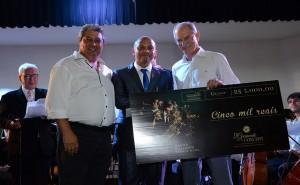 Dimas Artur da Silva recebe o premio em dinheiro do primeiro Concurso de Composicao Erudita_Credito Rafael Cavalli
