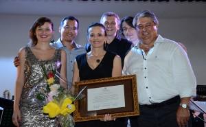 Secretaria de Turismo Rosa Helena Volk recebe homenagem dos diretores artisticos_Credito Rafael Cavalli